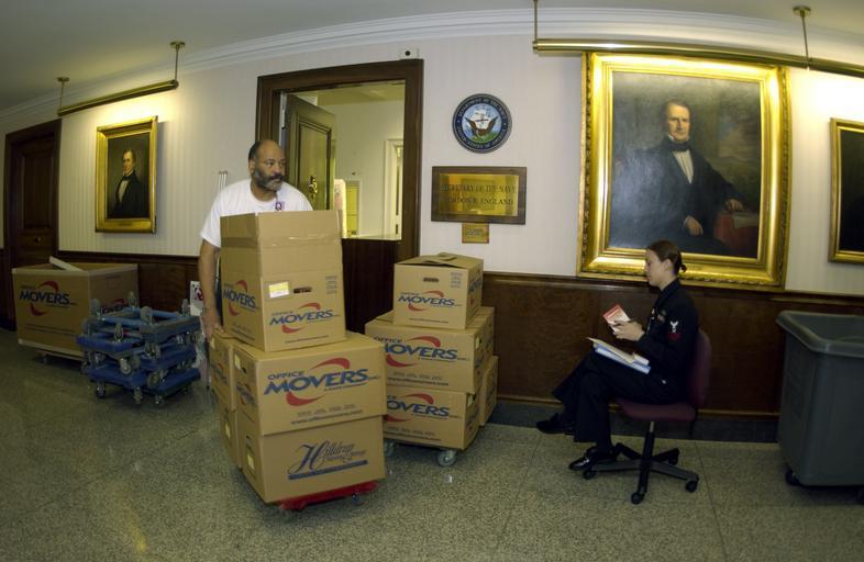 stěhovák v akci jak má naložené krabice